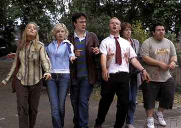 Pegg, de blanco, trata de huir de los zombies.