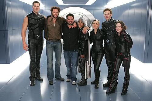 Brett Ratner rodeado de algunos hombres-x