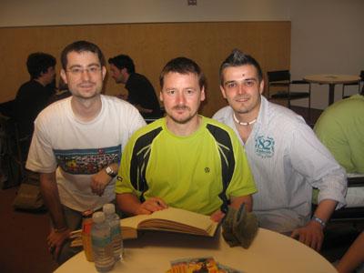 Raúl López, Mike McKone y un Teletubie, el pasado sabado.