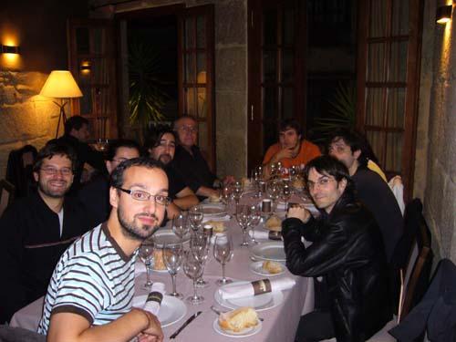 Julio en primer término, El Replicante, Javi tapando a Silvia, Carlos, Tirso,Luis tapando a Raquel y Kiko