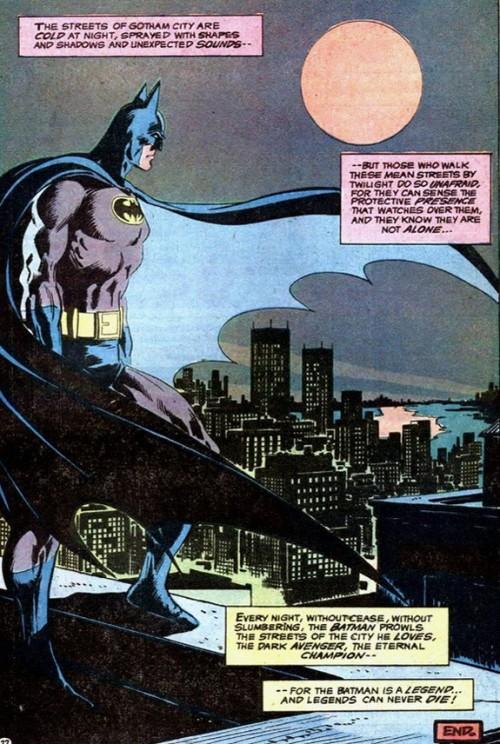 Escena de Batman #251 (1973) de Denny O'Neil y Neal Adams con Gotham City como telón de fondo