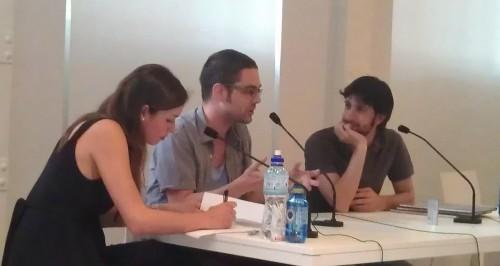 El autor, flanqueado por la intérprete y el moderador.