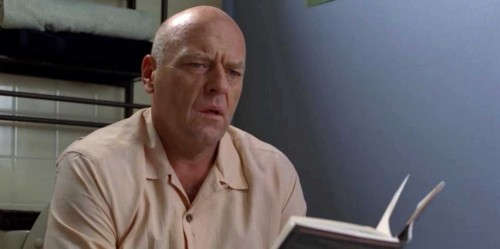 Hank aprendiendo que a veces no es bueno leer en el baño