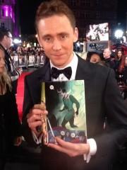 Hiddleston y su alter-ego de las viñetas.