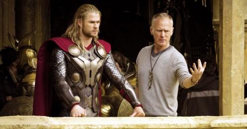 Alan Taylor y Chris Hemsworth en el set de Thor: El Mundo Oscuro.