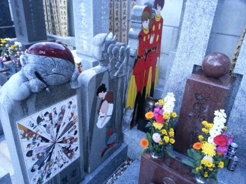 La tumba de Ishinomori en Tokyo, con algunos de sus personajes.