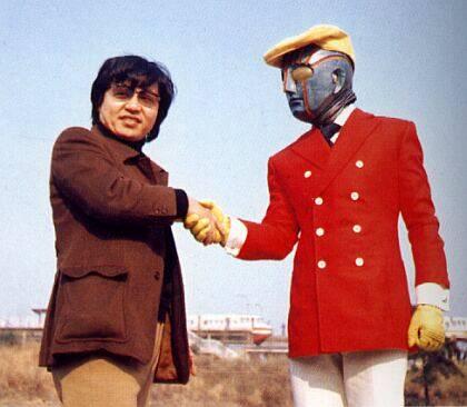 Ishinomori saluda a Robotto Keiji K, una de sus famosas creaciones para televisión.