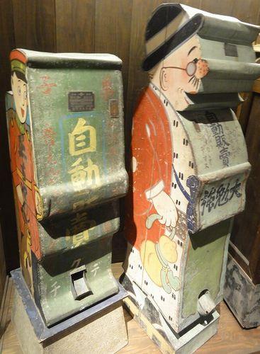 Expendedoras de dulces de principios de la era shôwa. A la izquierda, Shô-chan. A la derecha, Nontô, de Nonki na Tôsan