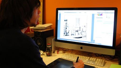 Asano trabajando con su tableta (foto de recre8.jp)