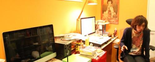 Asano en su estudio (foto de recre8.jp)