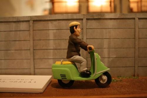 Jirô Tsunoda solía desplazarse hasta los Tokiwa-sô en moto. Así le representan en una maqueta.