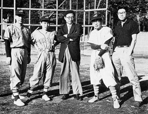 """Osamu Tezuka visita a los """"Errors"""", el equipo de béisbol de los mangaka de los Tokiwa-sô; equipo probablemente instigado por Terada"""