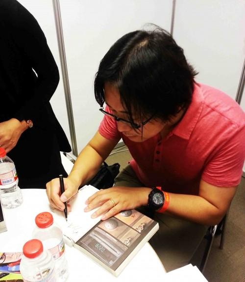 Hanazawa firmando el primer tomo de I am a Hero.