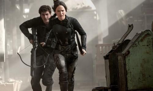 Jennifer Lawrence y Liam Hemsworth combatiendo contra el Capitolio
