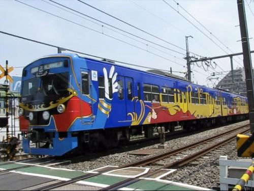 Un tren decorado con personajes de Galaxy Express 999