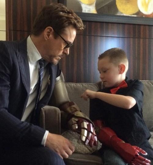 Robert Downey Jr., digo... Tony Stark con el pequeño Alex
