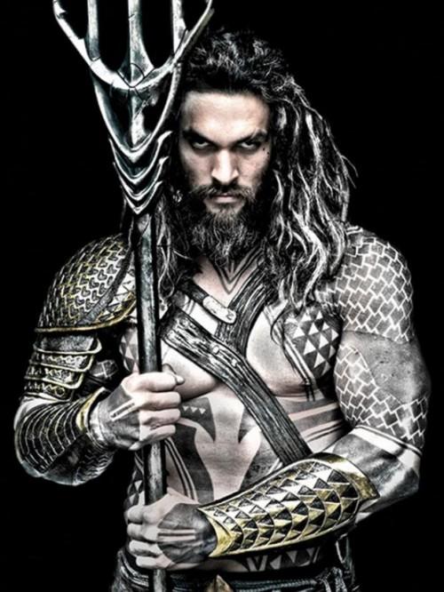 Jason Momoa, caracterizado como Aquaman