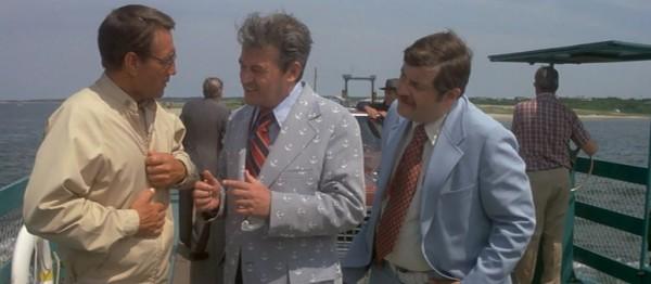 El guionista y actor Carl Gottlieb a la derecha, en una escena de la película