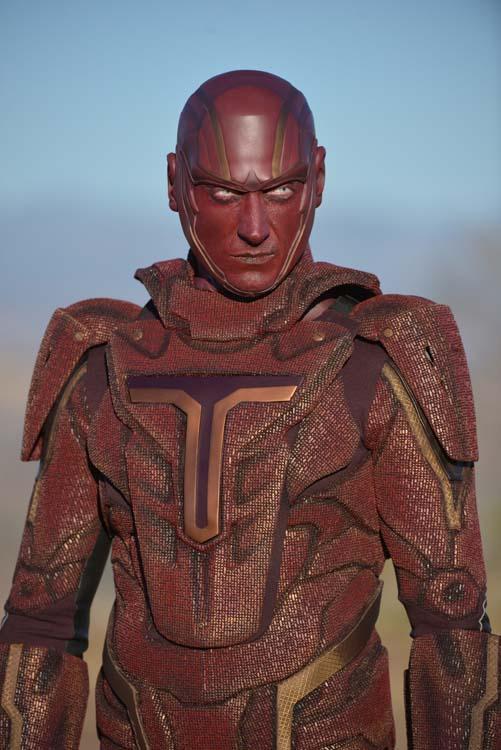 Iddo Goldberg caracterizado como Tornado Rojo