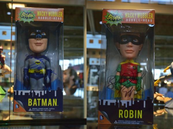 Figuras de Adam West y Burt Ward como Batman y Robin firmadas por los actores