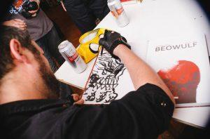 David Rubín dedicando un Beowulf (Foto: Docta Cómics)