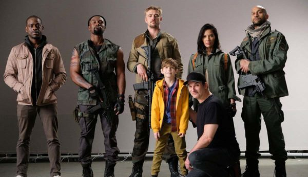 El reparto de The Predador junto a su director Shane Black