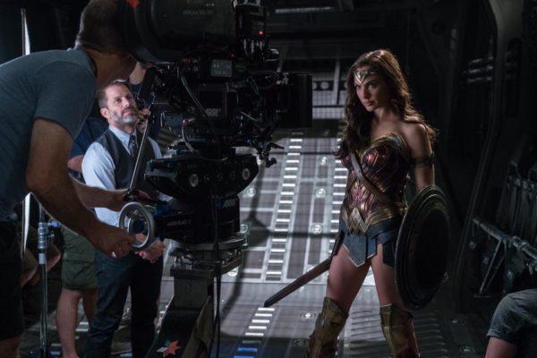 Gal Gadot dirigida por Zack Snyder en el rodaje de Justice League