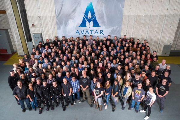 James Cameron rodeado por el equipo de las secuelas de Avatar